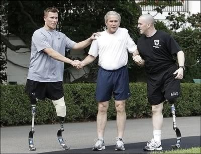 O então presidente americano George W. Bush posa para foto ao lado de soldados que tiveram os membros amputados durante o conflito no Iraque
