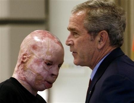 """Bush foi a principal voz que incentivou a Guerra no Iraque. Ele defendeu que os Estados Unidos deveriam agir contra qualquer """"possível ameaça"""" do líder iraquiano Saddam Hussein"""
