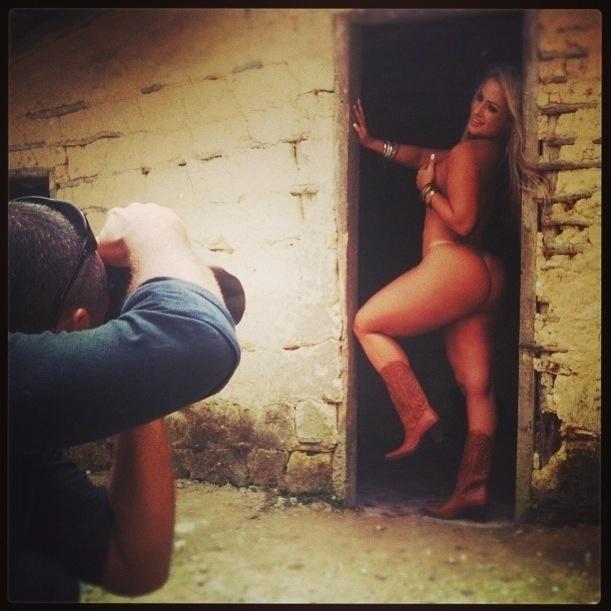 """15.mar.2013 - A ex-peoa da 'Fazenda de Verão', Ísis Gomes será a capa da revista """"Sexy"""" do mês de abril. Para comemorar o ensaio nu, a beldade divulgou nas redes sociais fotos dos bastidores do ensaio"""