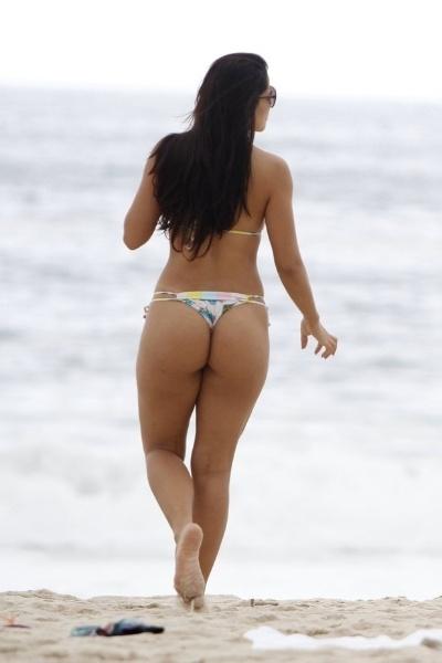 26.mar.2013 - A ex-Fazenda Nuelle Alves curtiu as areias da praia do Leblon, no Rio