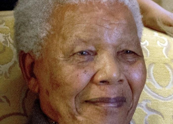 6.ago.2012 - Uma das últimas fotos registradas de Nelson Mandela mostra o ex-presidente da África do Sul descansando em sua residência, que fica na cidade de Qunu