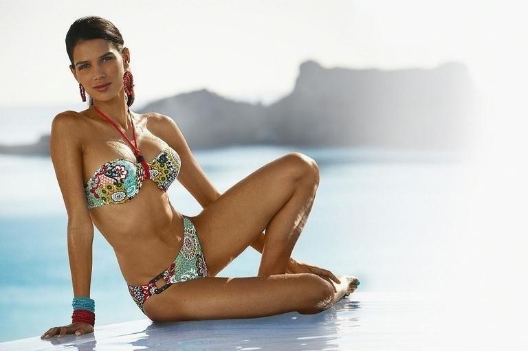 2.abr.2013 - Raica Oliveira teve uma parte do corpo deformada em um catálogo para campanha de uma grife internacional de moda praia. Em uma das imagens, a modelo brasileira aparece sem o umbigo. Ao que tudo indica, ele foi apagado pela edição do Photoshop. Que gafe, hein?