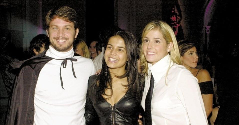 """2002 - Os atores Mario Frias, Nívea Stelmann e Deborah Secco durante festa da novela """"O Beijo do Vampiro"""""""