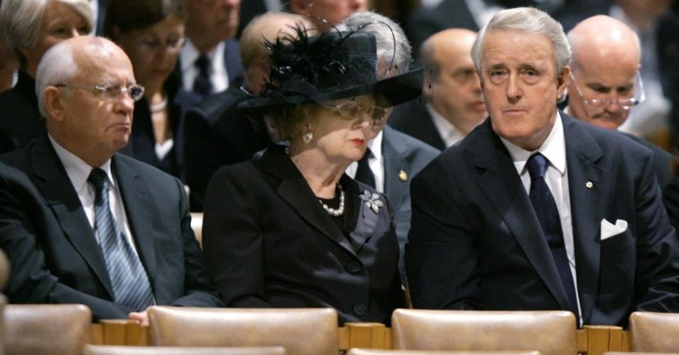 11.jun.2004 - Mikhail Gorbatchov (esq.), ex-líder soviético, e Margaret Thatcher (centro), ex-primeira-ministra britânica, durante funeral do presidente norte-americano Ronald Reagan, em Washington (EUA).