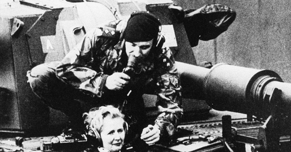 1987 - A primeira-ministra Margaret Thatcher passeia de tanque durante visita a pelotão britânico na Alemanha Ocidental