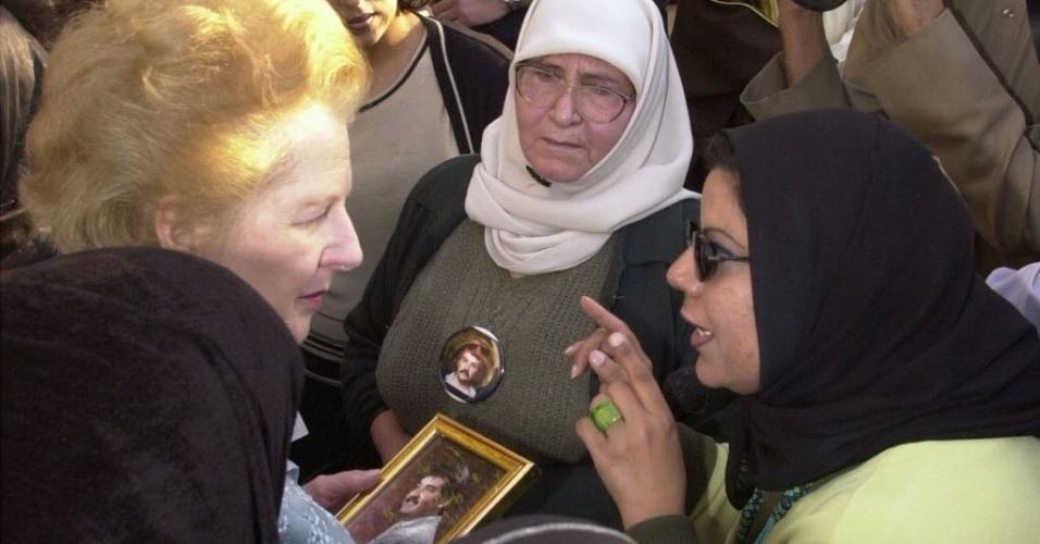 25.fev.2001 - A ex-primeira-ministra britânica Margareth Thatcher visita mães de prisioneiros de guerra do Kuait