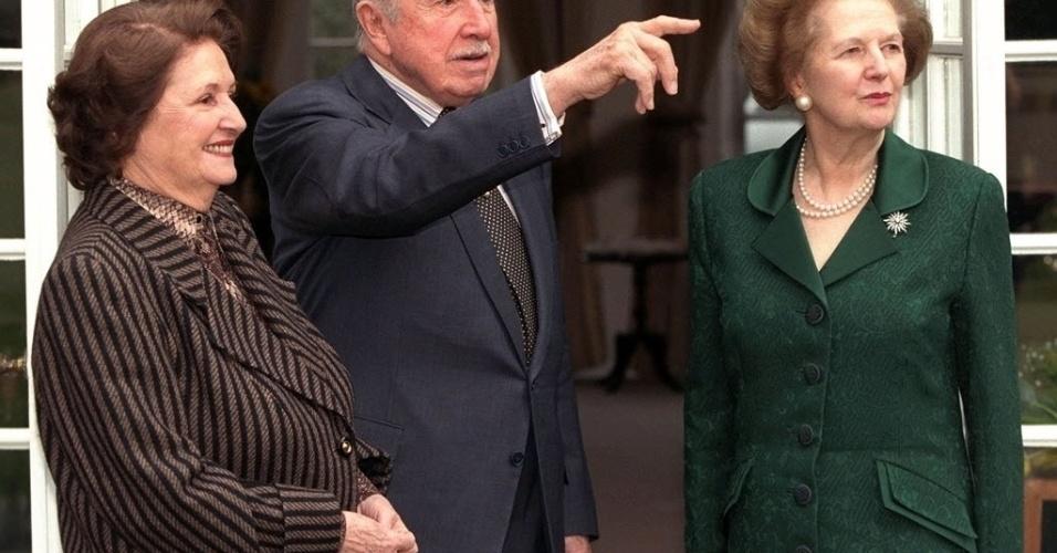 26.mar.1999 - A ex-premiê britânica Margaret Thatcher (dir.) faz visita de apoio ao general chileno Augusto Pinochet (centro). O encontro marcou a primeira aparição pública de Pinochet após ter sido detido pela polícia britânica, em outubro de 1998.
