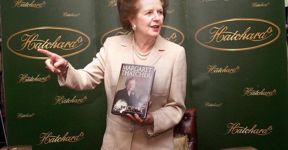 3.abr.2002 - Ex-ministra britânica Margaret Thatcher participa de sessão de autógrafos do livro
