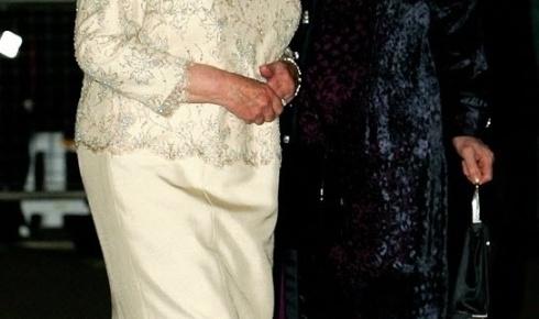 3.out.2005 - A rainha Elizabeth (esq.) chega ao evento de aniversário de 80 anos da ex-primeira-ministra Margaret Thatcher hotel Mandarin em Londres, na Inglarerra