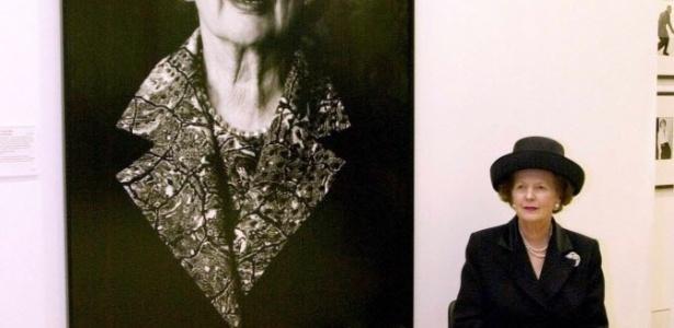 4.mai.2000 - A ex-primeira-ministra britânica Margaret Thatcher posa ao lado de seu retrato na National Portrait Gallery, em Londres, na Inglaterra