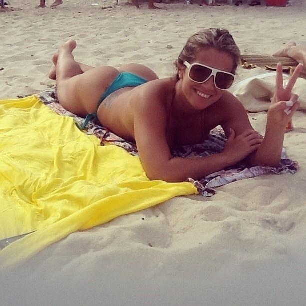 """8.abr.2013 - Fani resolveu sensualizar na hora de pegar um solzinho na praia e desamarrou a parte de cima do o biquíni. A imagem foi postada no instagram pela ex-BBB. """"Pegando um bronze!"""", escreveu"""