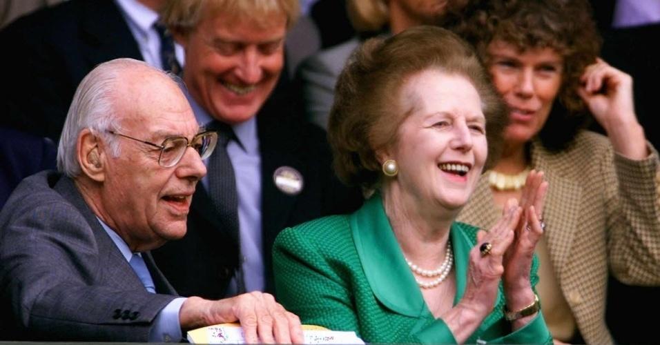 8.jul.2000 - Denis e Margaret Thatcher assistem ao jogo de abertura de tênis feminino no Campeonato de Wimbledon