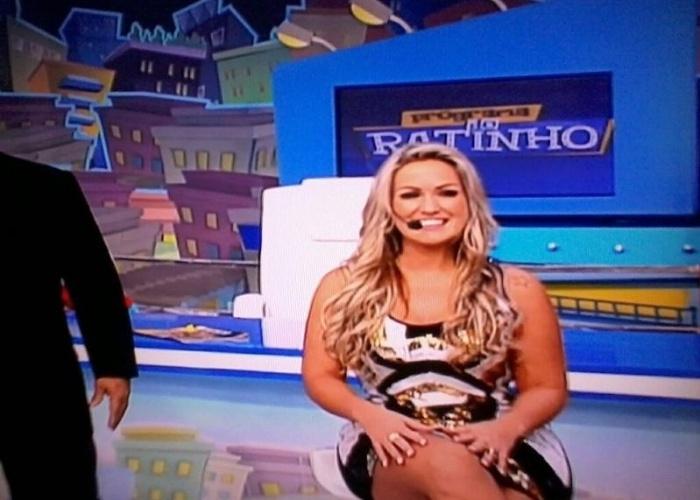 """9.abr.2013 - A capa da revista """"Sexy"""" de abril, Ísis Gomes, participou do """"Programa do Ratinho"""", no SBT. A beldade usou um microvestido e brincou com o apresentador e sua trupe de humoristas, além de exibir suas curvas fartas. Em seu Twitter, a gata comentou como foi participar do programa: """"Amei minha participação no Ratinho, ele é um amor, e acho que saí do programa apaixonada pelo Marquito"""", brincou."""