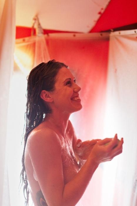 """9.abr.2013 - O fotógrafo norte-americano Matt Blum resolveu fotografar as mulheres de um jeito bem natural. Conhecido por uma série de fotos chamadas de """"Nu Honesto"""", ele clica mulheres nuas em posições naturais e cotidianas, sem adicionar elementos de glamour ou retocar as fotos com o Photoshop. O resultado do projeto é postado em seu site, que conta com imagens de mulheres das Américas do Sul e do Norte, incluindo brasileiras."""