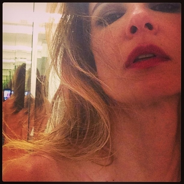 10.abr.2013 - A apresentadora Luciana Gimenez aproveitou a empolgação após uma festa em São Paulo com a cantora Claudia Leitte e postou uma imagem em que aparece nua, refletida em um espelho ao fundo. Em fevereiro deste ano, Luciana também divulgou uma imagem (foto 111) bastante ousada, em que deixou à mostra uma calcinha fio-dental