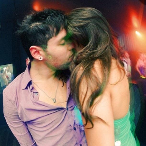 """9.abr.2013 - Após um início confuso, no qual eles mesmos afirmavam não estar namorando, o romance entre Nasser e Andressa parece ter engrenado de vez. A paranaense postou em seu Instagram um beijo """"caliente"""" entre os dois, com a legenda provocativa """"Deixa o povo falar, o que é que tem? Eu quero ser lembrado com você, isso não é problema de ninguém""""."""