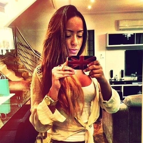 12.abr.2013 - Rafaella, irmã do craque Neymar, postou no Instagram uma imagem em que aparece decotada tirando foto em frente ao espelho. A beldade faz sucesso na rede social registrando momentos de sua vida