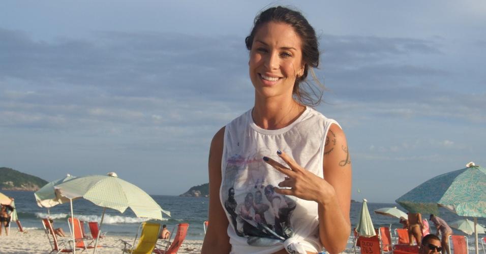 12.abr.2013 - A ex-panicat Lizi Benites, conhecida como Piu-Piu, curte a praia da Barra da Tijuca, no Rio de Janeiro