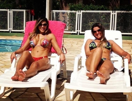 20.abr.2013 - Fabiana Teixeira continua com a boa forma que encantou os telespectadores do 'BBB12'. A 'Mama' publicou neste sábado em seu Instagram uma foto em que aparece curtindo o sábado à beira de uma piscina.  'Recebendo as amigas em casa', escreveu.