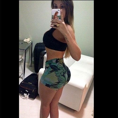 """19.abr.2013 - Andressa Urach deu um presente aos fãs ao postar uma foto de seu corpão e contar que está voltando para a malhação. A gata divulgou algumas fotos exibindo as curvas e avisando ao seguidores: """"Tudo durinho rsrs"""". Ela ainda revelou as medidas: """"Objetivo alcançado corpo violão...1,71 altura, 60kg, 95 busto, 56 cintura, 101 quadril, 62 coxa #foco #meta #dieta #exercício #Top #love-me ? #missbumbumbrasil conquistando o #mundo"""""""