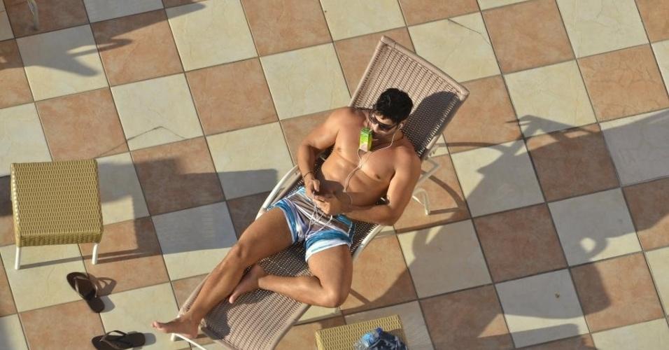 """22.abr.2013 - O ex-BBB Marcello está curtindo a vida após sua participação no """"BBB13"""". O modelo foi flagrado em um hotel de Fortaleza (CE) curtindo um banho de sol à beira da piscina"""