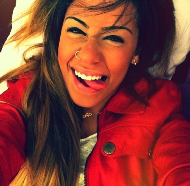 """23.abr.2013 - Rafaella Bekran, irmã de Neymar, mostra a língua e o piercing em mais uma foto postada no Instagram. Aos 17 anos, a jovem costuma fazer caras e bocas na rede social, além de mostrar seu corpinho em forma, o que lhe rendeu novos seguidores e até proposta de casamento: """"Casa comigo!"""", disse um fã na web"""