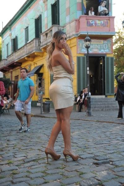 24.abr.2013 - Andressa Urach posa para ensaio realizado no tradicional ponto turístico El Caminito, no bairro La Boca, em Buenos Aires. A beldade se descuidou e deixou a calcinha à mostra durante os cliques