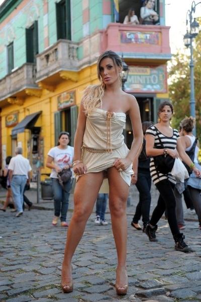 24.abr.2013 - Apesar de estar vestindo um look relativamente comprido, Andressa Urach levantou o vestido e deixou à mostra a calcinha durante um ensaio realizado no tradicional ponto turístico El Caminito, no bairro La Boca, em Buenos Aires