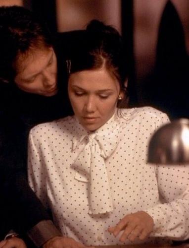 """""""Secretária"""" (2002) - Com cenas mais """"polidas"""", o filme ficou famoso pela tensão sadomasoquista entre os personagens de James Spader e Maggie Gyllenhall"""