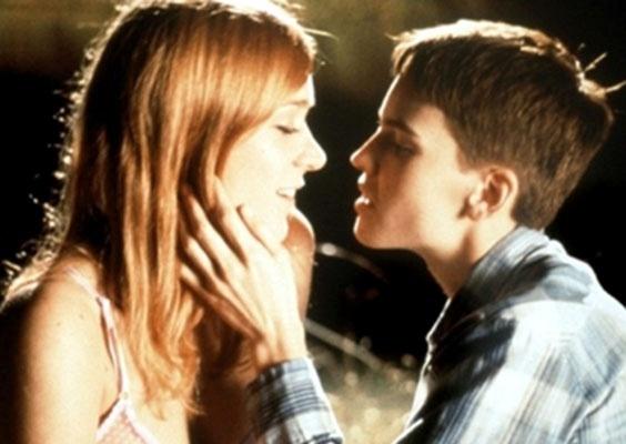 """""""Meninos não choram"""" (1999) - Baseado em uma história real, relata a juventude de uma jovem garota que decide assumir sua homossexualidade, mas, para fugir do preconceito e negação da sociedade, adota nova identidade, transformando-se em um garoto"""