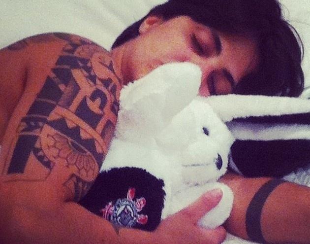 """27.abr.2013 - A atriz Thammy Miranda postou uma foto divertida em seu Instagram. Na imagem, ela aparece abraçada com um coelho de pelúcia. """"Dormindo com Luis Otávio... Hahaha #Sono dos justos. Boa noite"""", escreveu a filha de Gretchen na legenda"""