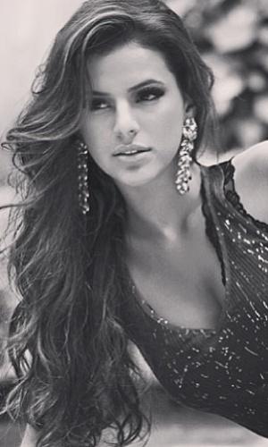30.abr.2013 - A atriz Bruna Marquezine postou uma foto na qual aparece com um visual mais 'mulherão'. A foto foi feita pelo fotógrafo Beto Gatti, que clicou a namorada de Neymar com uma blusa decotada, cabelo ondulado e brincos