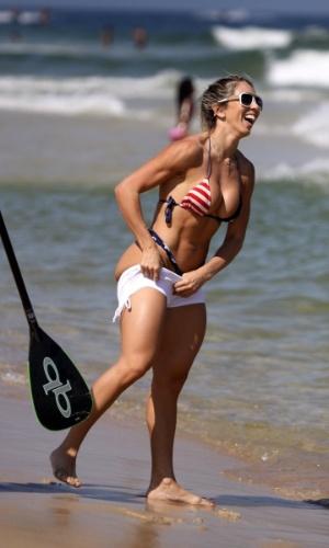 1.mai.2013 - A modelo Andréa de Andrade mostrou que o stand up paddle não é o seu esporte favorito. A beldade experimentou o esporte na praia da Barra da Tijuca, no Rio. Ela usava um shortinho branco, que cobriu um biquíni fio dental