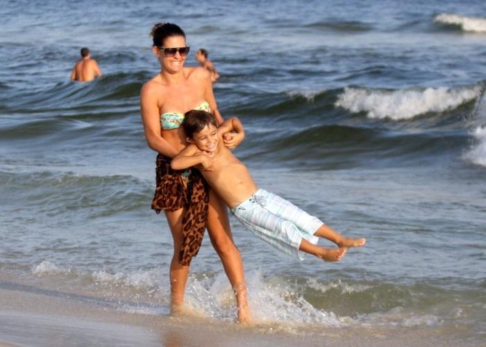 1.mai.2013 - Ao lado do filho Gael, de 5 anos, a apresentadora Lívia Lemos aproveitou o feriado do Dia do Trabalho para curtir um dia de praia na Barra da Tijuca, zona oeste do Rio