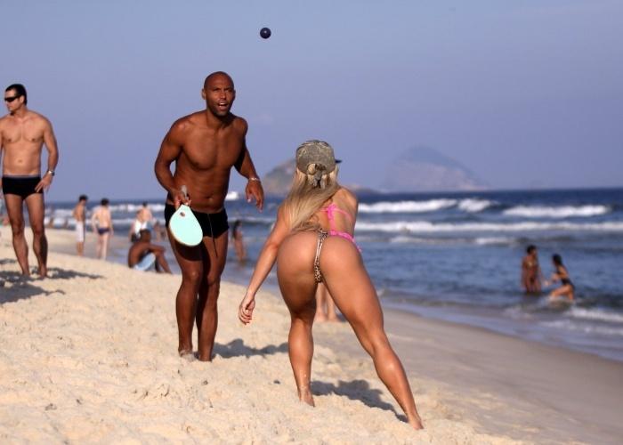 1.mai.2013 - Com uma raquete personalizada e o corpo em excelente forma, a participante do Miss Bumbum 2012 Priscila Freitas jogou frescobol na praia da Barra da Tijuca, no Rio, e deixou suas curvas à mostra. A beldade estava acompanhada de um amigo