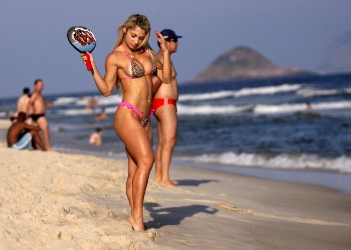 1.mai.2013 - Com uma raquete personalizada e o corpo em excelente forma, a participante do Miss Bumbum 2012 Priscila Freitas jogou frescobol na praia da Barra da Tijuca, no Rio, e deixou suas curvas à mostra