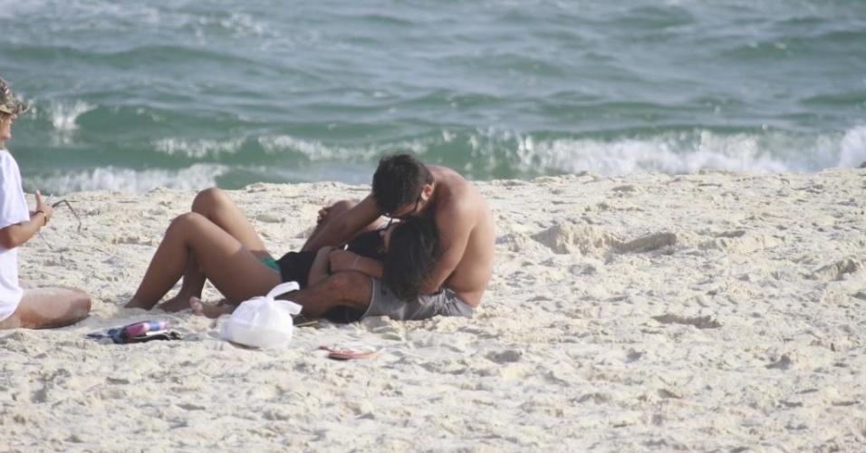 2.mai.2013 - Bruno Gissoni curte tarde de sol com a namorada Yanna Lavigne (morena) na Barra da Tijuca, no Rio de Janeiro