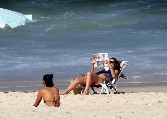 3.mai.2013 - Glenda Kozlowski exibiu barriga chapada e curtiu momentos descontraídos com amigas na praia de Ipanema, no Rio. A apresentadora, de 38 anos, impressionou pela excelente forma física