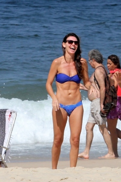 3.mai.2013 - Glenda Kozlowski exibiu barriga chapada na praia de Ipanema, no Rio. A apresentadora, de 38 anos, impressionou pela excelente forma física
