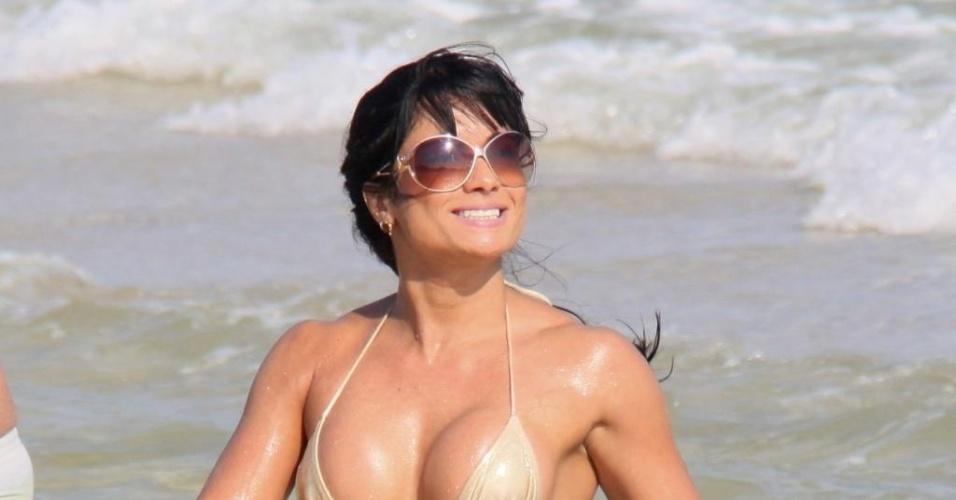 3.mai.2013 - Dani Sperle, musa da escola de samba Acadêmicos do Tatuapé (SP), exibiu o corpaço em um biquininho sexy na praia da Barra da Tijuca, no Rio