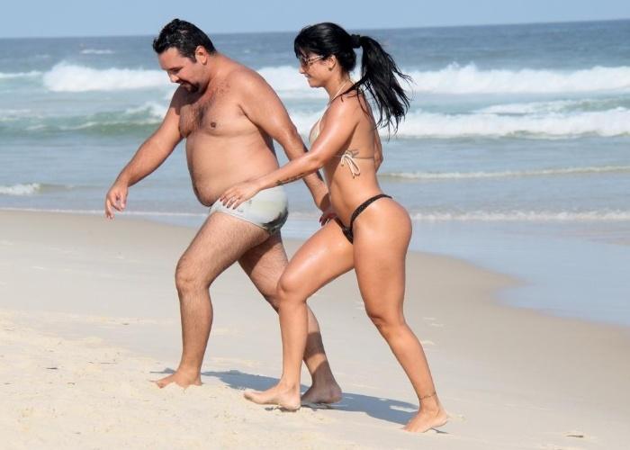 3.mai.2013 - Dani Sperle, musa da escola de samba Acadêmicos do Tatuapé (SP), exibiu o corpaço em um biquininho sexy na praia da Barra da Tijuca, no Rio. A beldade estava acompanha de um amigo
