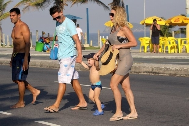 4.mai.2013 - Danielle Winits, Amaury Nunes e o pequeno Guy deixam a praia da Barra da Tijuca, no Rio