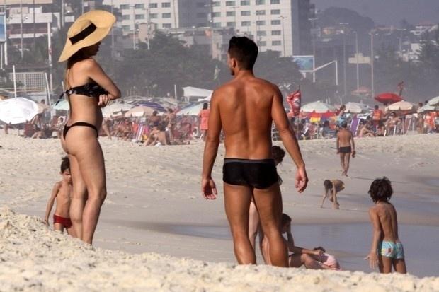 """4.mai.2013 - Danielle Winits exibiu uma barriguinha suspeita na praia da Barra da Tijuca, no Rio. Segundo informações do site """"Ego"""", a assessoria da atriz negou possível gravidez da global. Na imagem, a bela curte a companhia do namorado, o jogador Amaury Nunes"""