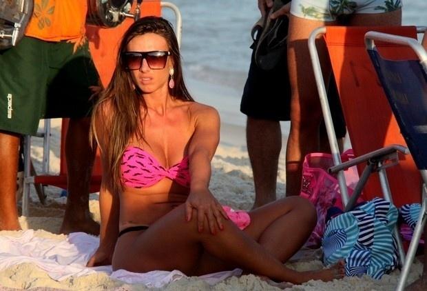 4.mai.2013 - Esbanjando sensualidade, Nicole Bahls curtiu as areias da praia do Pepê, na Barra da Tijuca, zona oeste do Rio. A modelo chamou atenção pelas curvas generosas em um microbiquíni