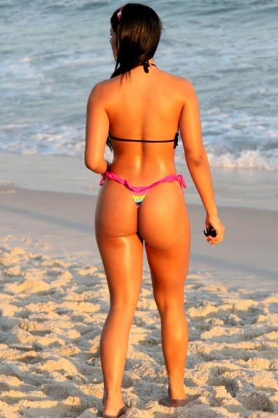 4.mai.2013 - Janine Machado, musa do Brasileirão 2012 pelo Santos, desfilou suas curvas na praia da Barra da Tijuca, no Rio. Com um biquíni minúsculo, a beldade não economizou na sensualidade