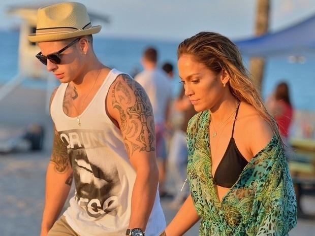 5.mai.2013 - A cantora norte-americana Jennifer Lopez,43, usou usou biquíni e maiô que deixaram suas curvas à mostra durante gravação de clipe em Fort Lauderdale, na Flórida (EUA). Na imagem, J-Lo aparece acompanhada do namorado, Casper Smart, nos bastidores da filmagem