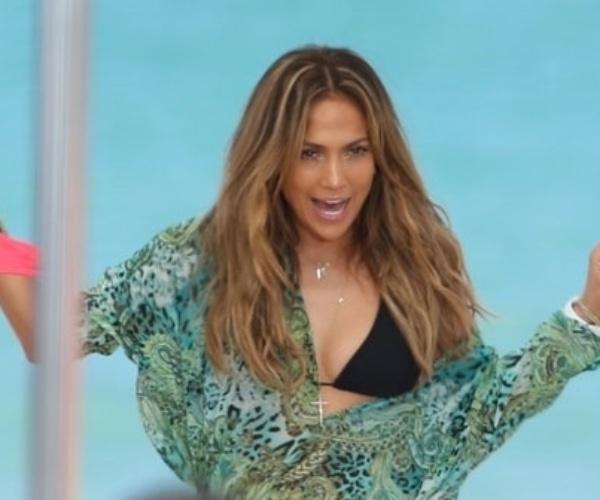5.mai.2013 - A cantora norte-americana Jennifer Lopez,43, usou usou biquíni e maiô que deixaram suas curvas à mostra durante gravação de clipe em Fort Lauderdale, na Flórida (EUA). Na imagem, J-Lo se prepara para a filmagem