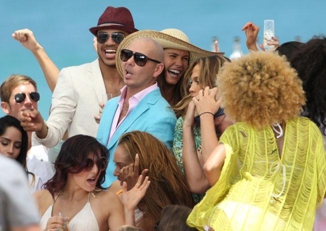 """5.mai.2013 - Jennifer Lopez exibiu as pernocas durante gravação de clipe em Fort Lauderdale, na Flórida (EUA). Para a produção, a cantora usou biquíni e maiô que deixaram suas curvas à mostra. Tiros nas redondezas interromperam a filmagem do videoclipe da música """"Live It Up"""""""