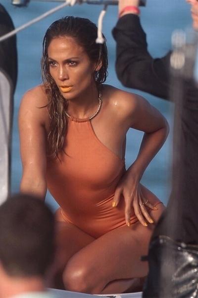 5.mai.2013 - Para a produção, Jennifer Lopez,43, também usou um maiô que deixou suas curvas à mostra