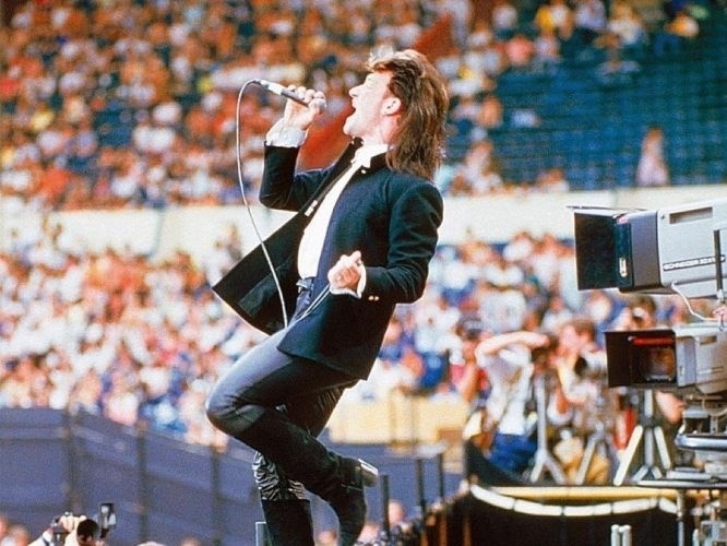 13.jul.1985 - O cantor Bono durante show do U2 no Live Aid, em Londres